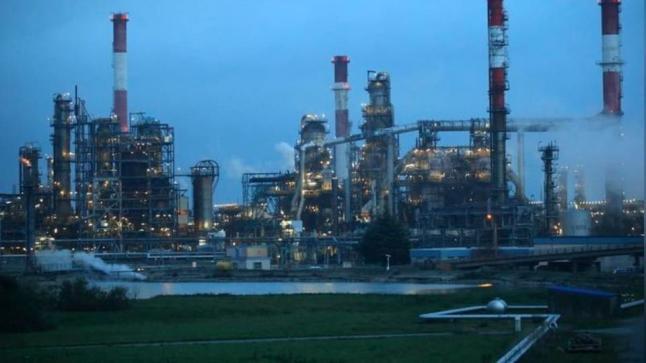 تراجع أسعار النفط متأثرة بتوقعات انخفاض الطلب على الخام خلال العام المقبل